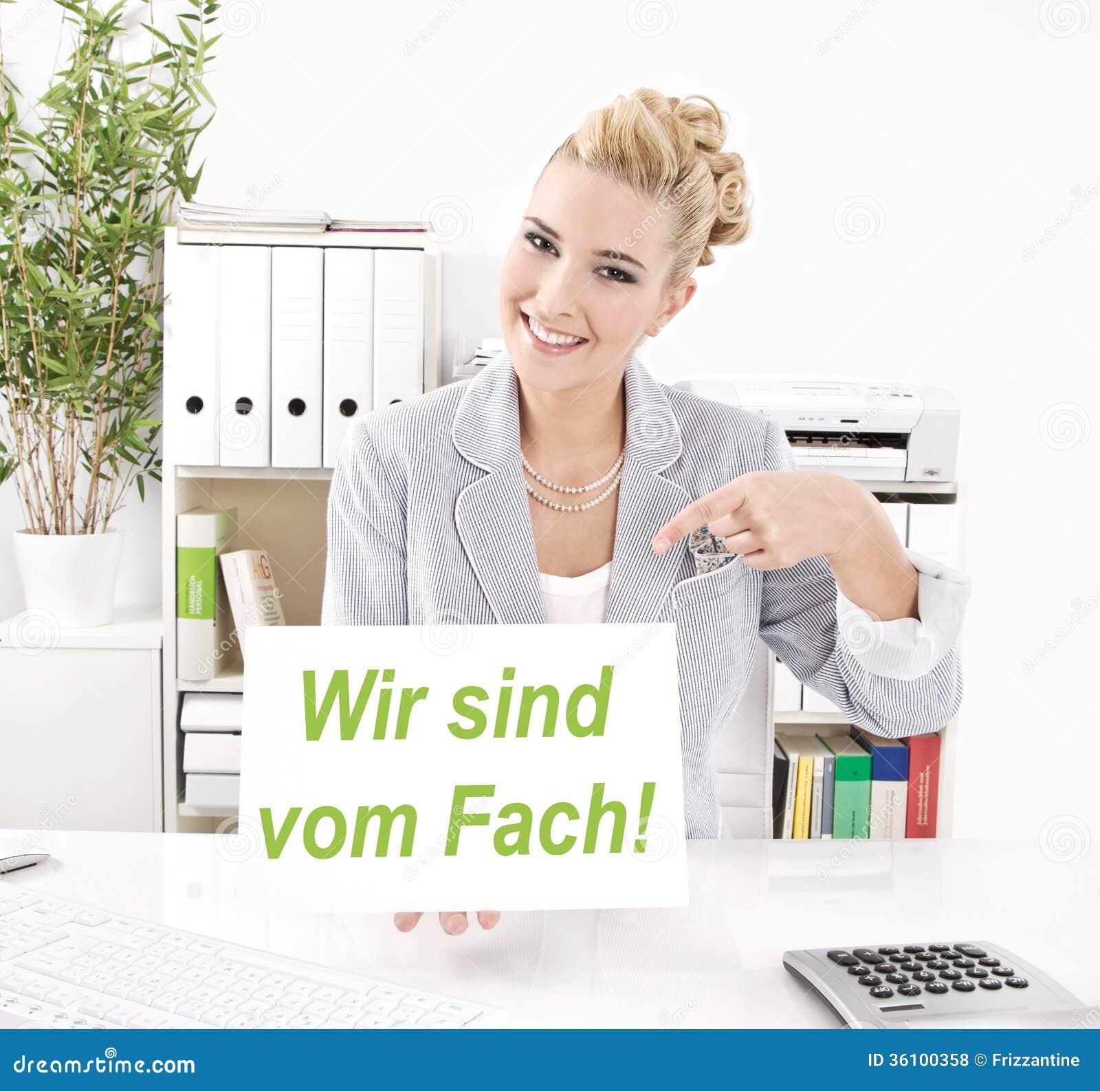 Frau macht Werbung im Büro stockfoto. Bild von ausbildung - 36100358