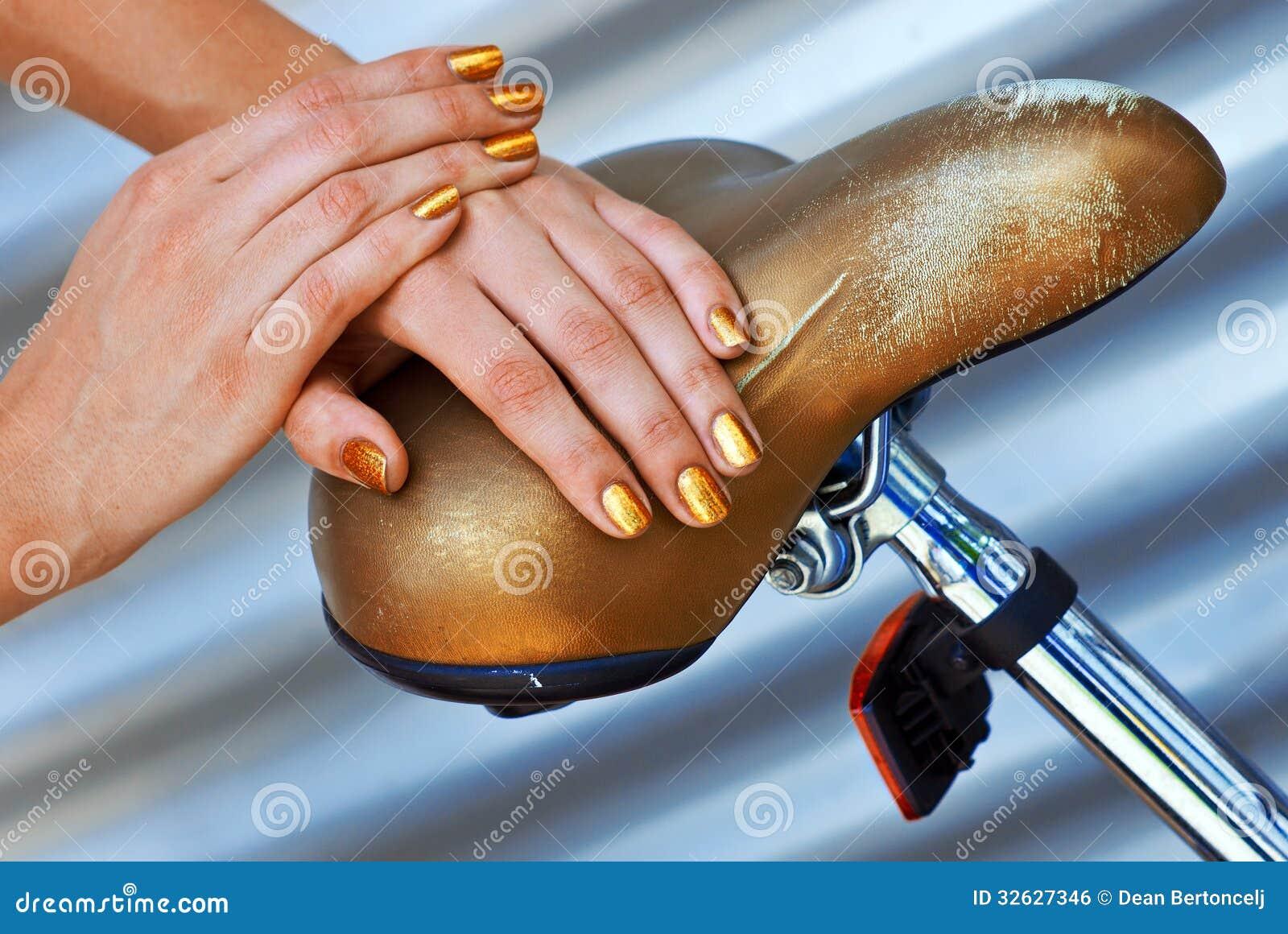 Frau Manikürte Goldene Nägel Stockfoto - Bild von weichheit, hände ...