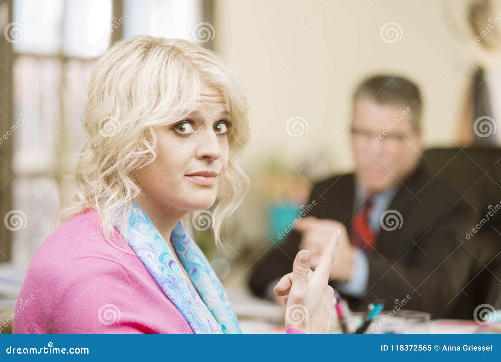 Frau missfallen mit männlichem Kollegen