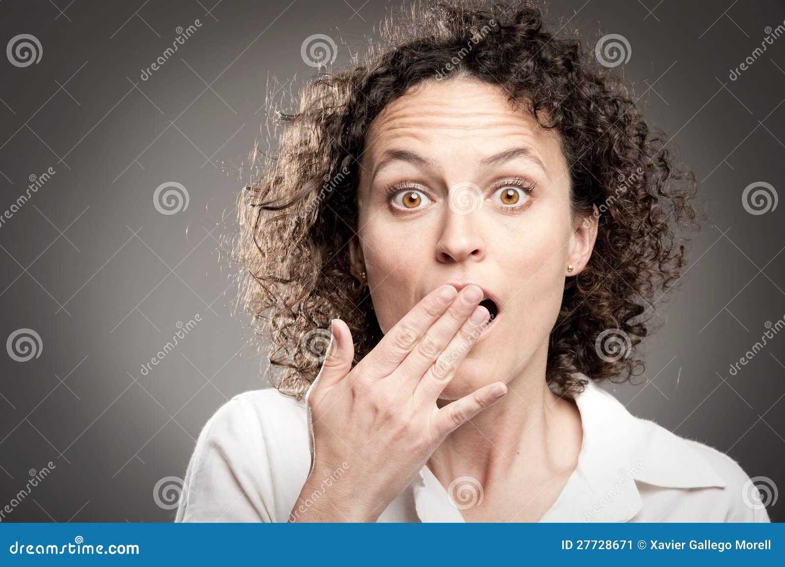 Frau mit überreichen Mund
