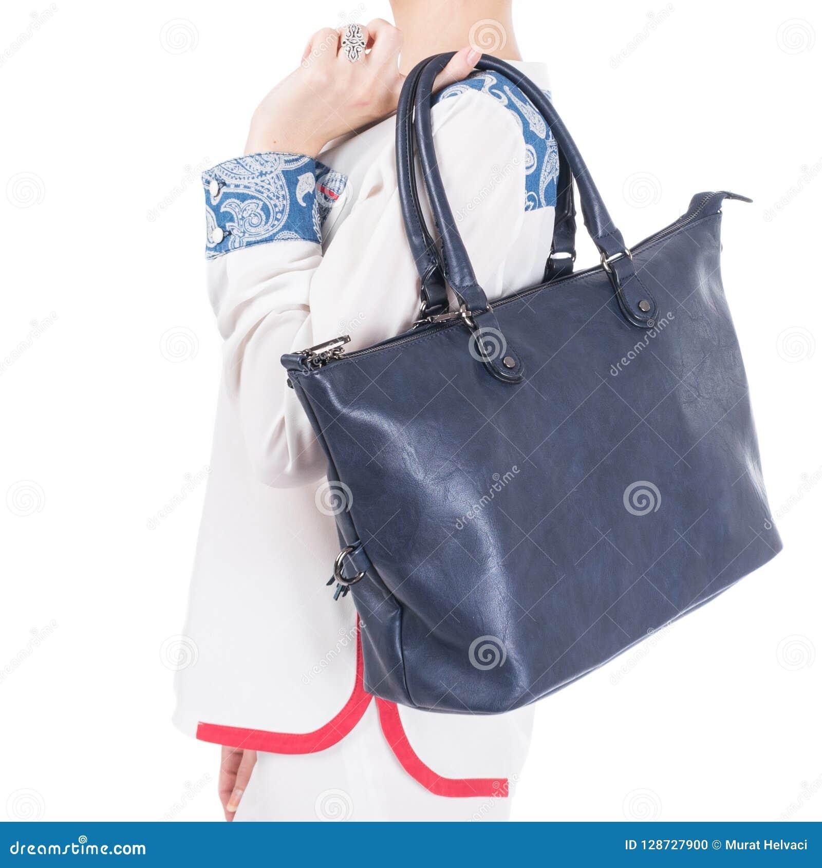 Frau mit blauer Handtasche in den Händen Lokalisierter weißer Hintergrund