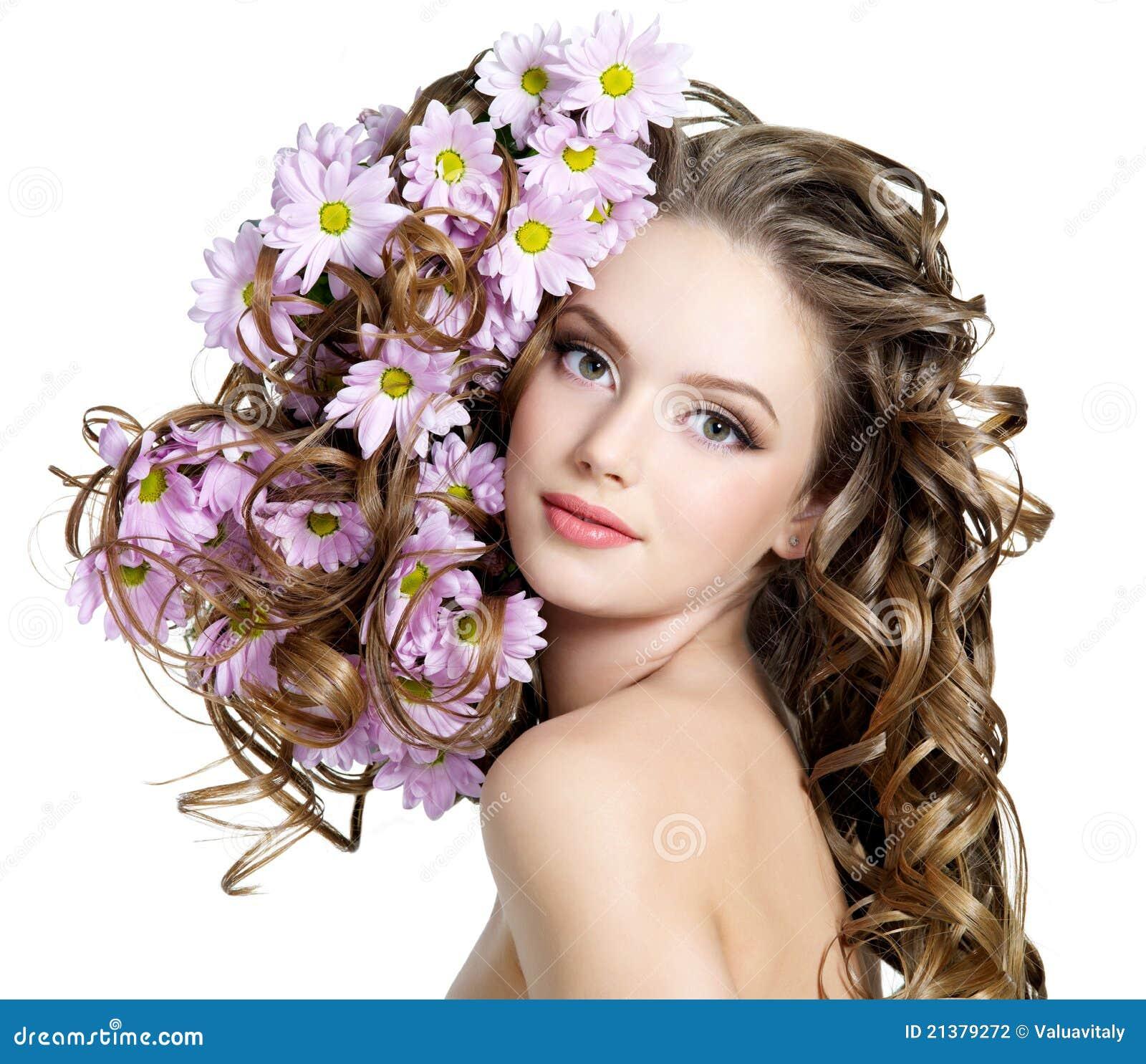 Frau mit Blumen in den Haaren
