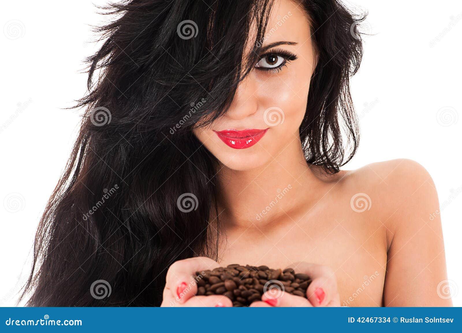Frau mit dem ausgezeichneten Haar und mit Kaffee