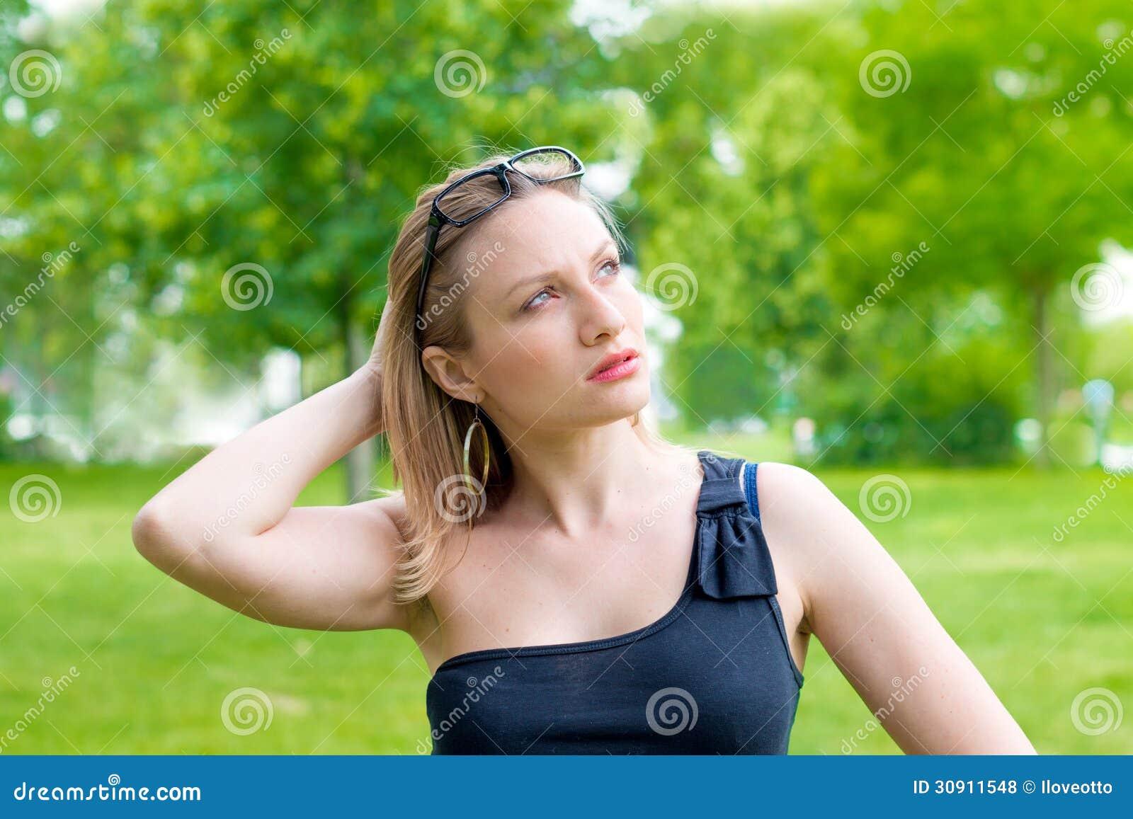 Frau mit dem Glaslächeln