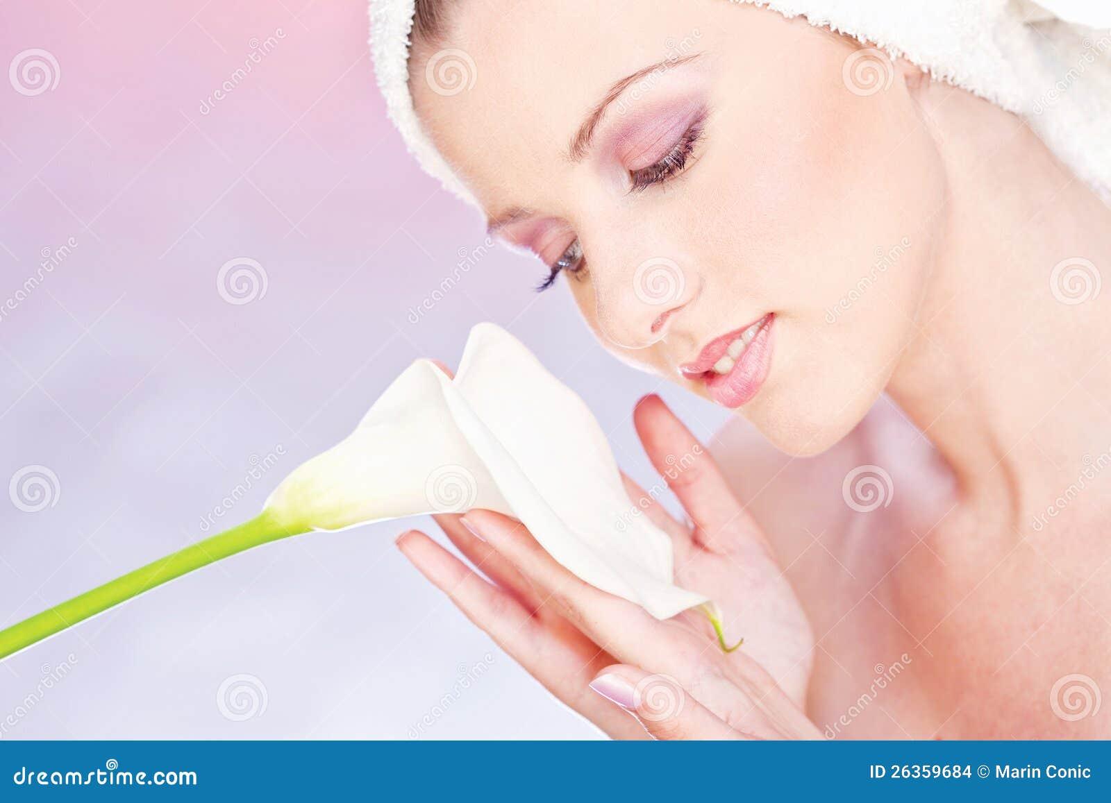 Frau mit dem Tuch, das leicht Blume anhält