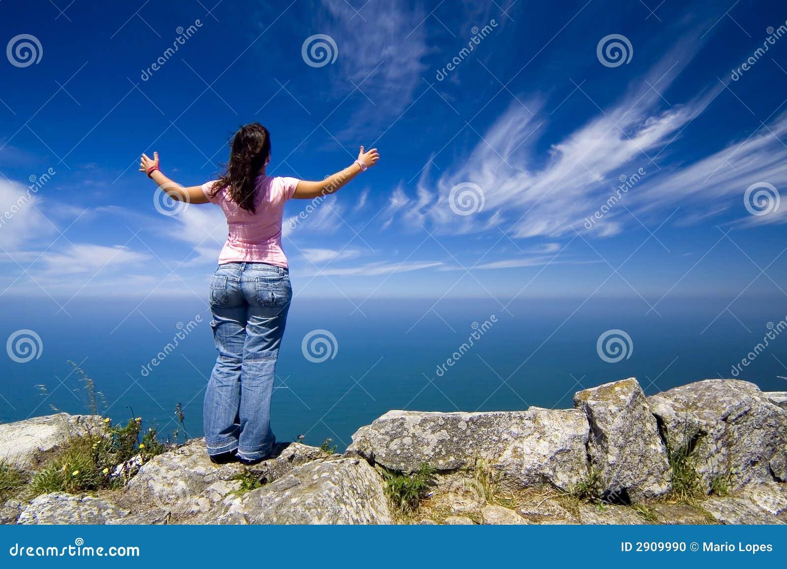 Frau mit den breiten Armen öffnen sich