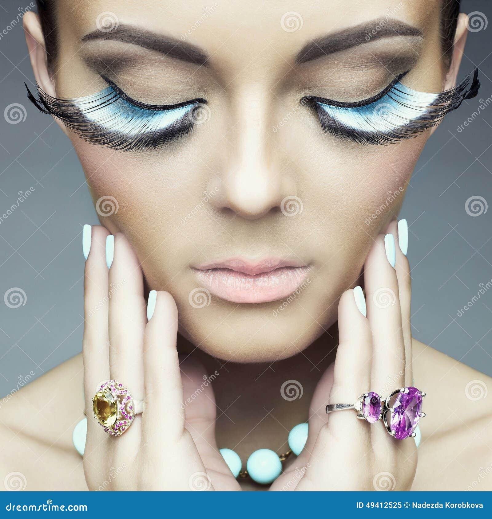 Download Frau mit den Farbwimpern stockbild. Bild von augen, eyelashes - 49412525