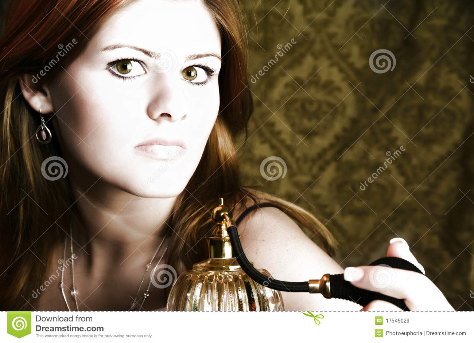 Frau mit Duftstoff-Zerstäuber