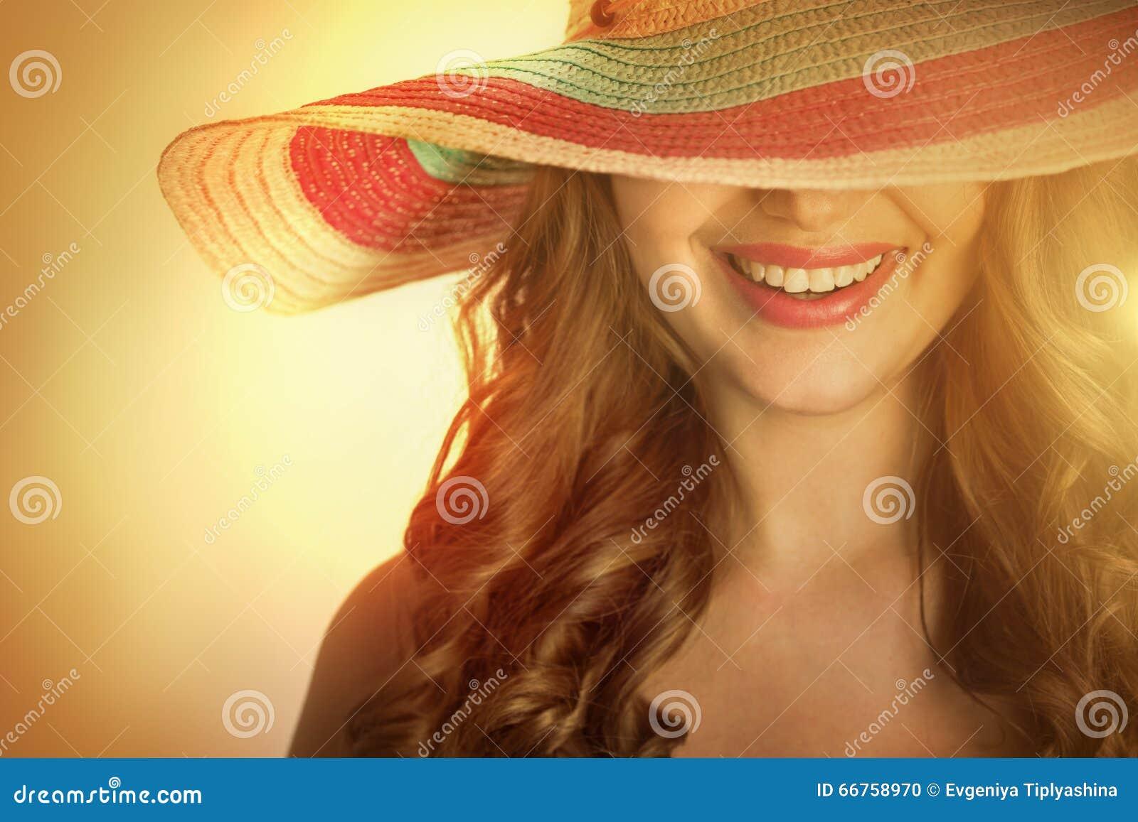 Frau mit einem Hut im heißen Sommer