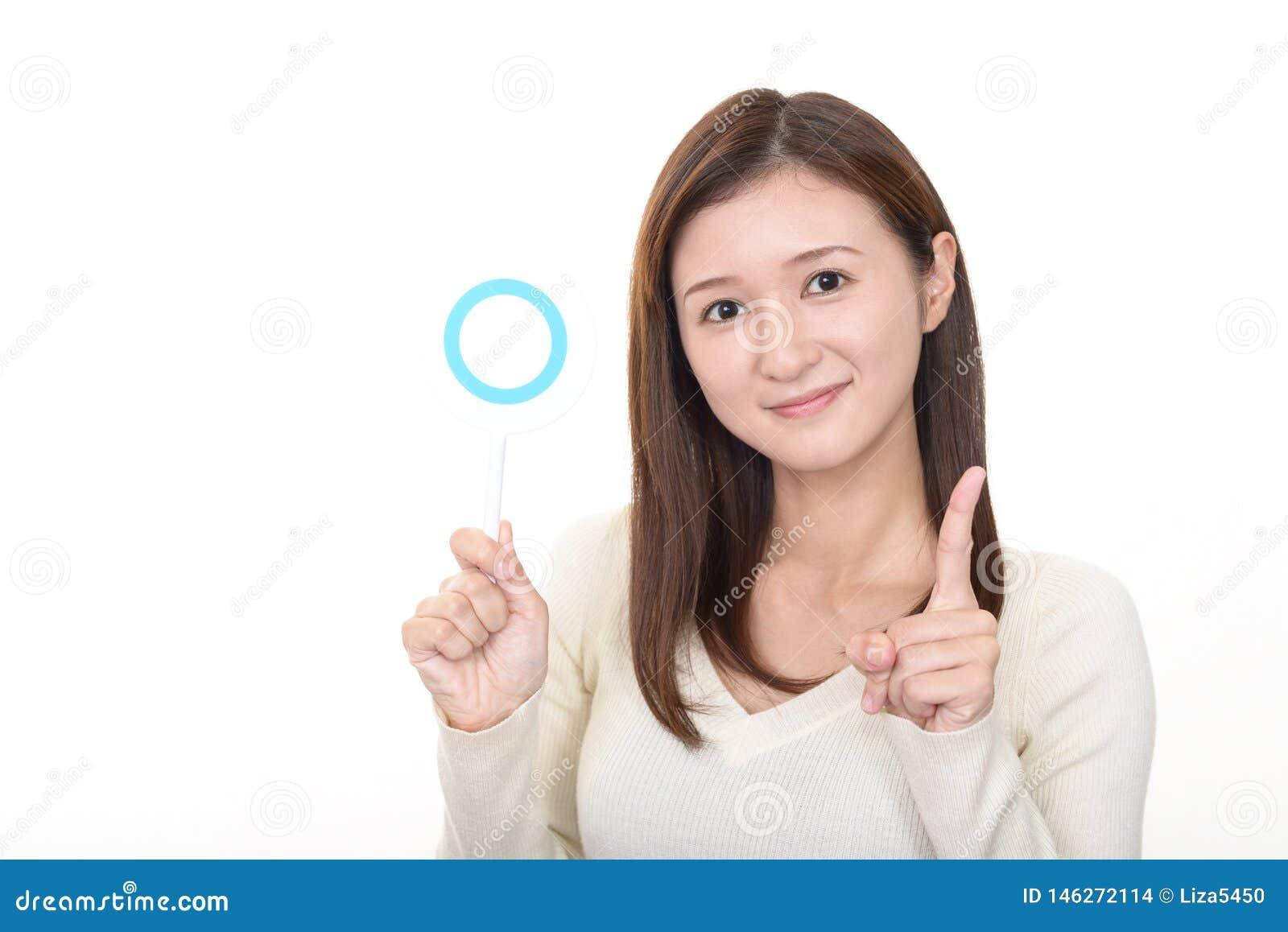 Frau mit einem jazeichen