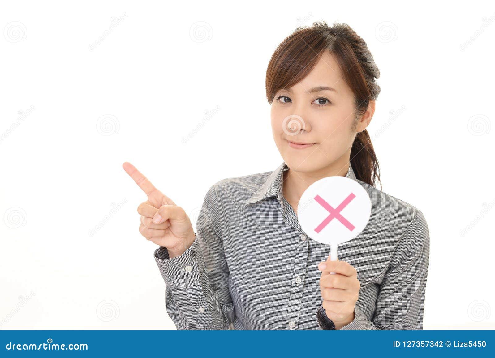Frau mit einem keinem Zeichen