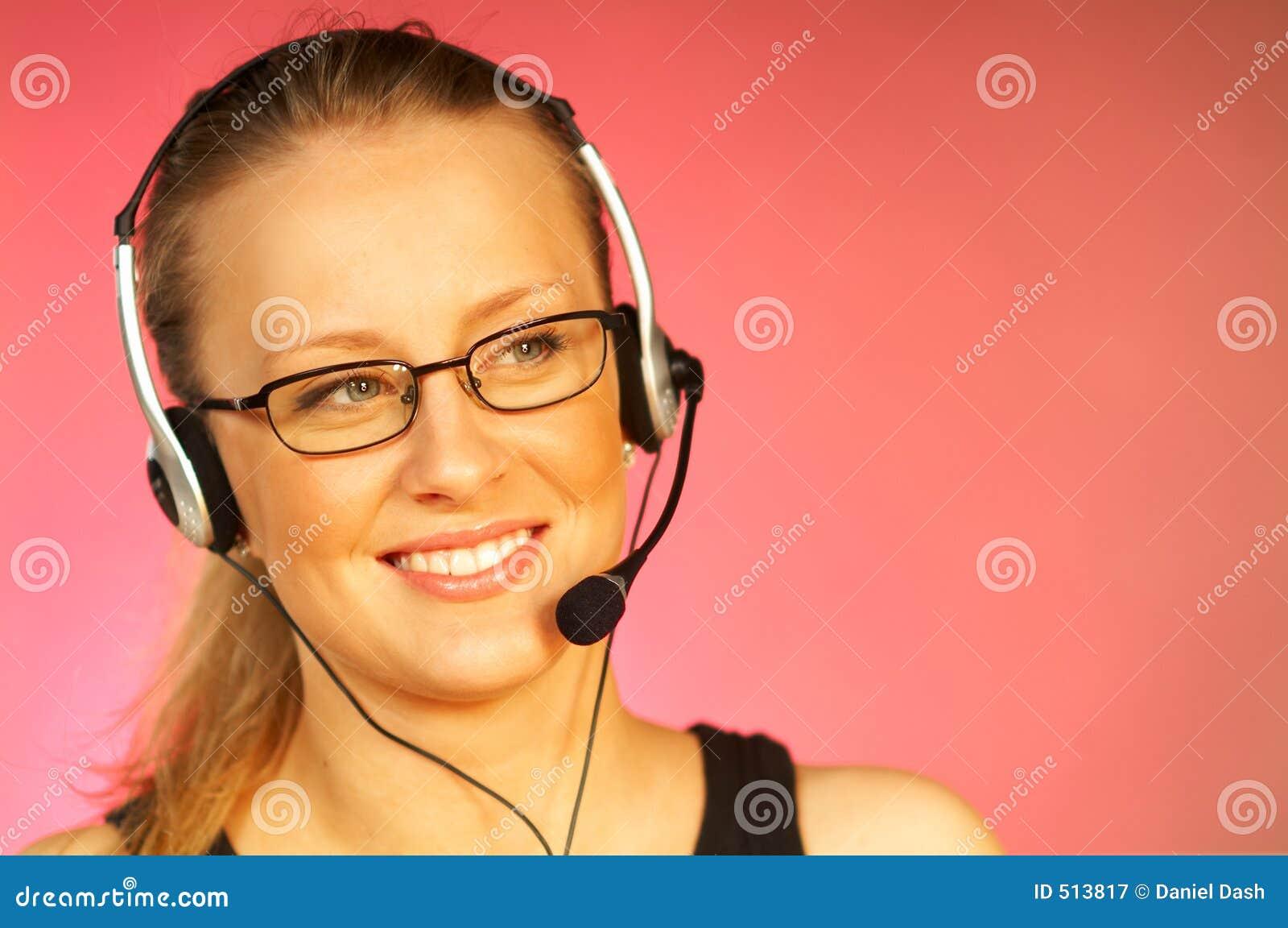 Frau mit einem Kopfhörer