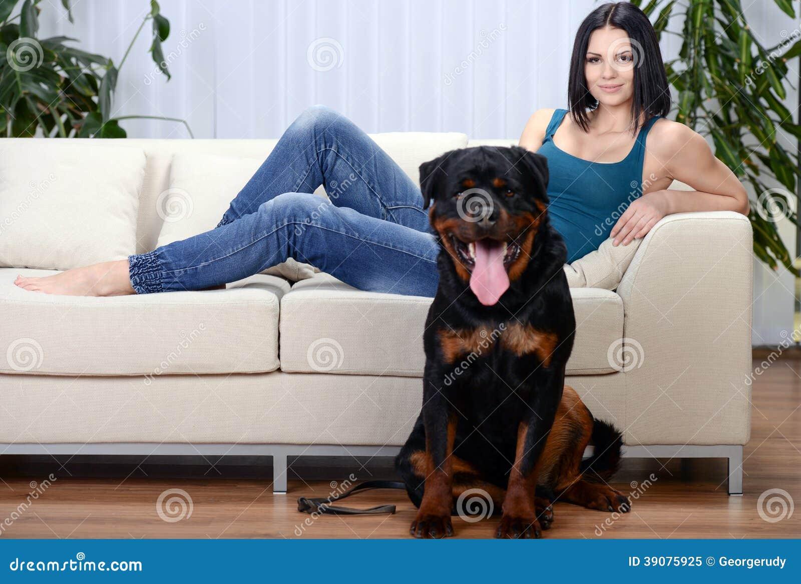 Frau Mit Einem Rottweiler-Hund Stockbild - Bild von