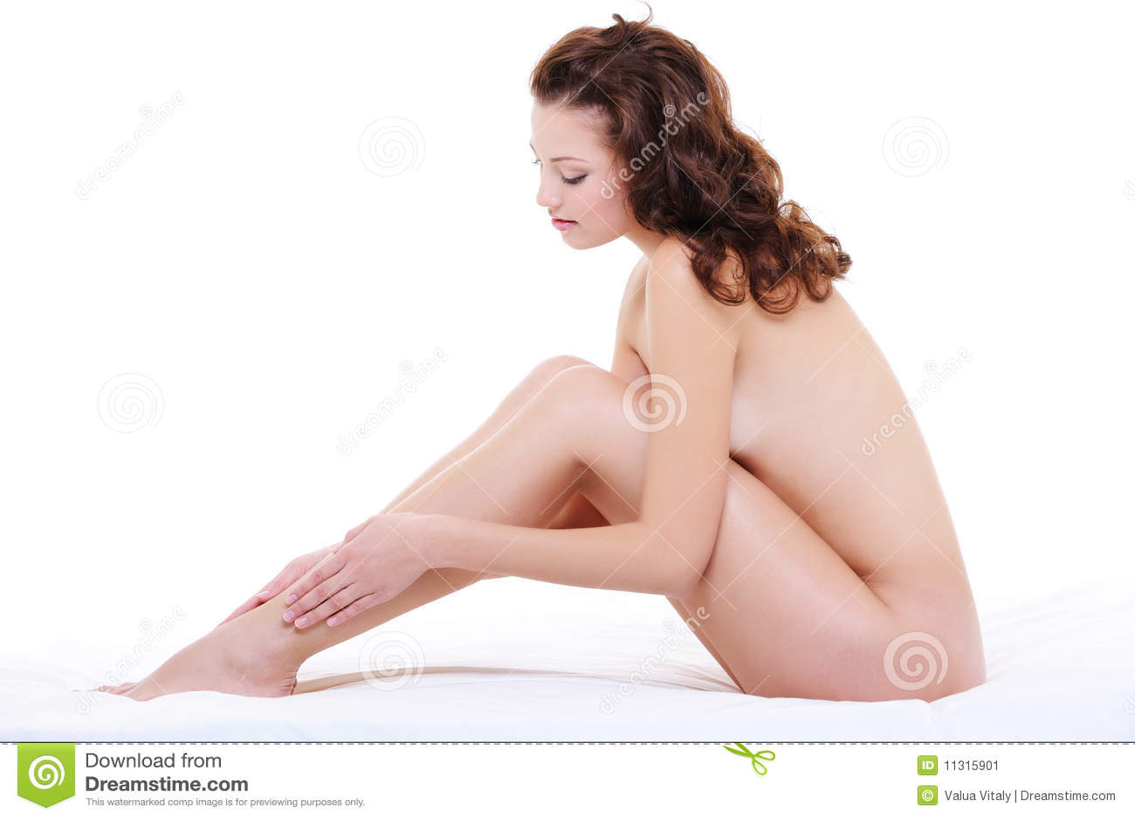 Frau mit einer vollkommenen nackten Karosserie, die Fahrwerkbeine streicht