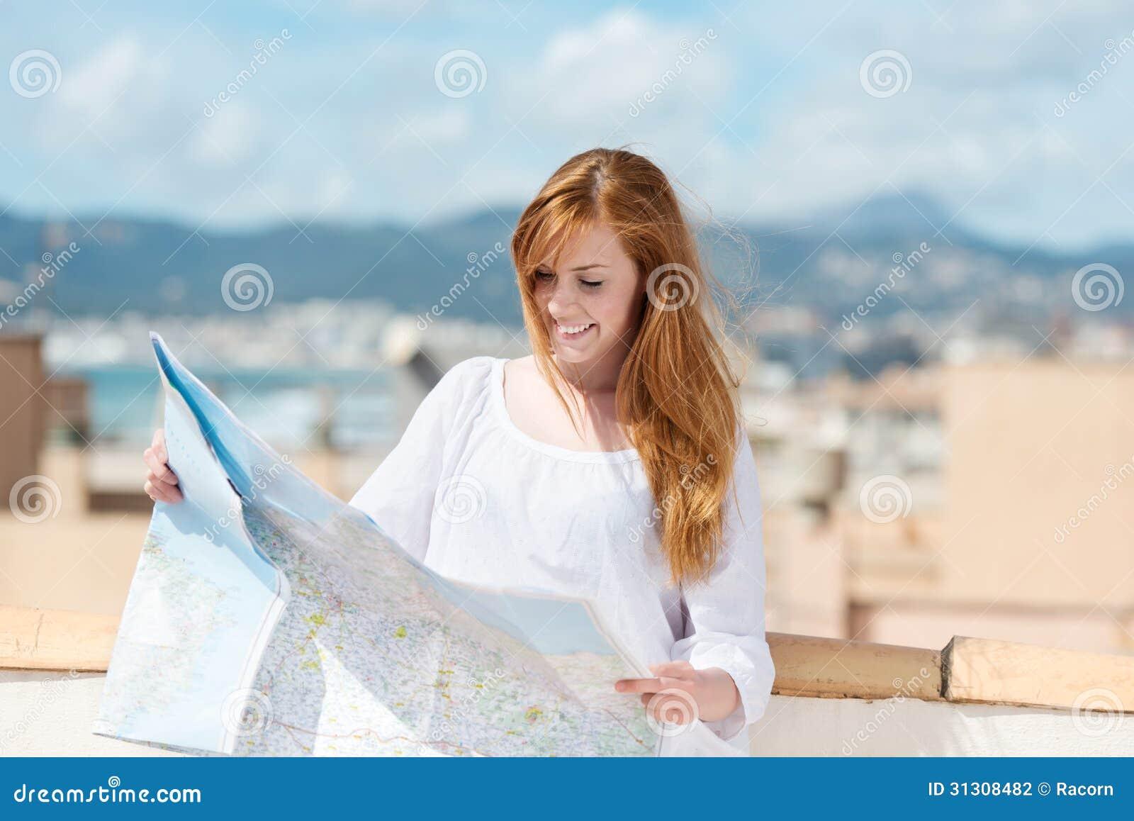 Frau mit einer Wegkarte