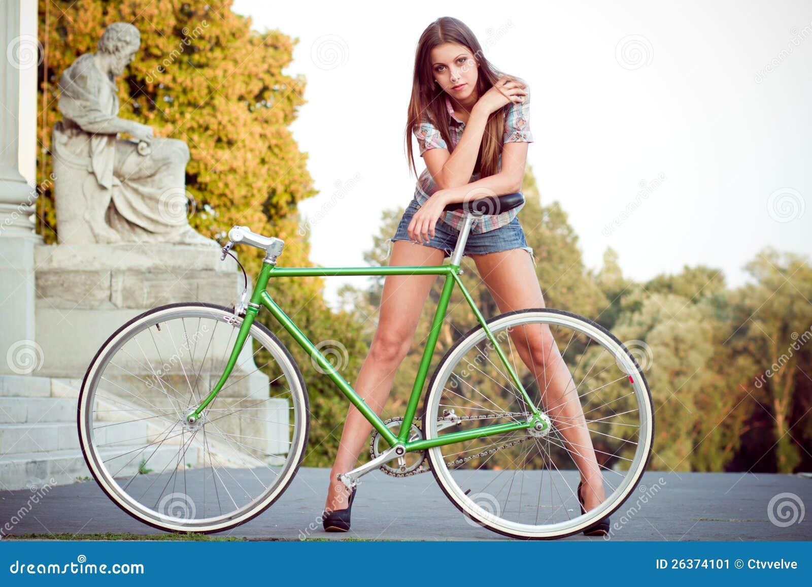 Frau mit fixie Fahrrad