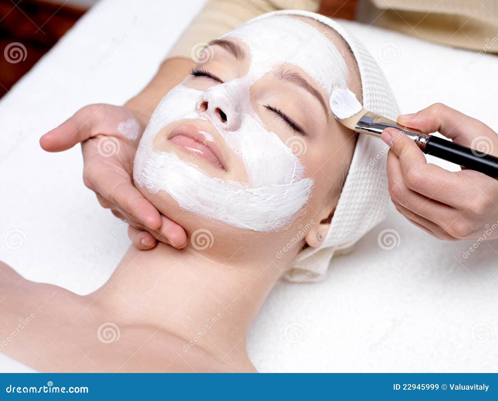 Frau mit Gesichtsschablone am Schönheitssalon