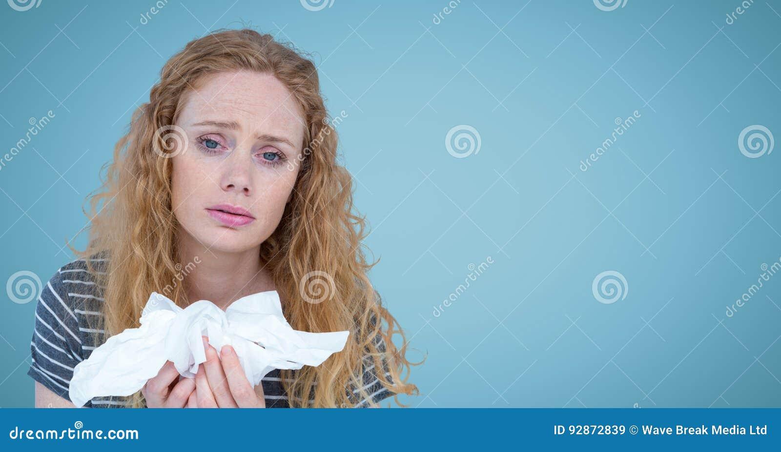 Frau mit Geweben gegen blauen Hintergrund