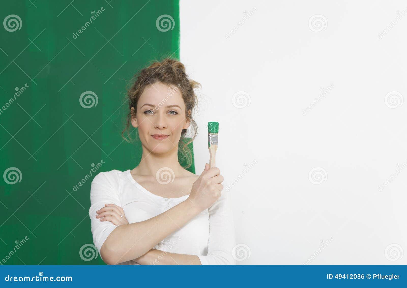 Download Frau mit grüner Bürste stockfoto. Bild von mädchen, person - 49412036