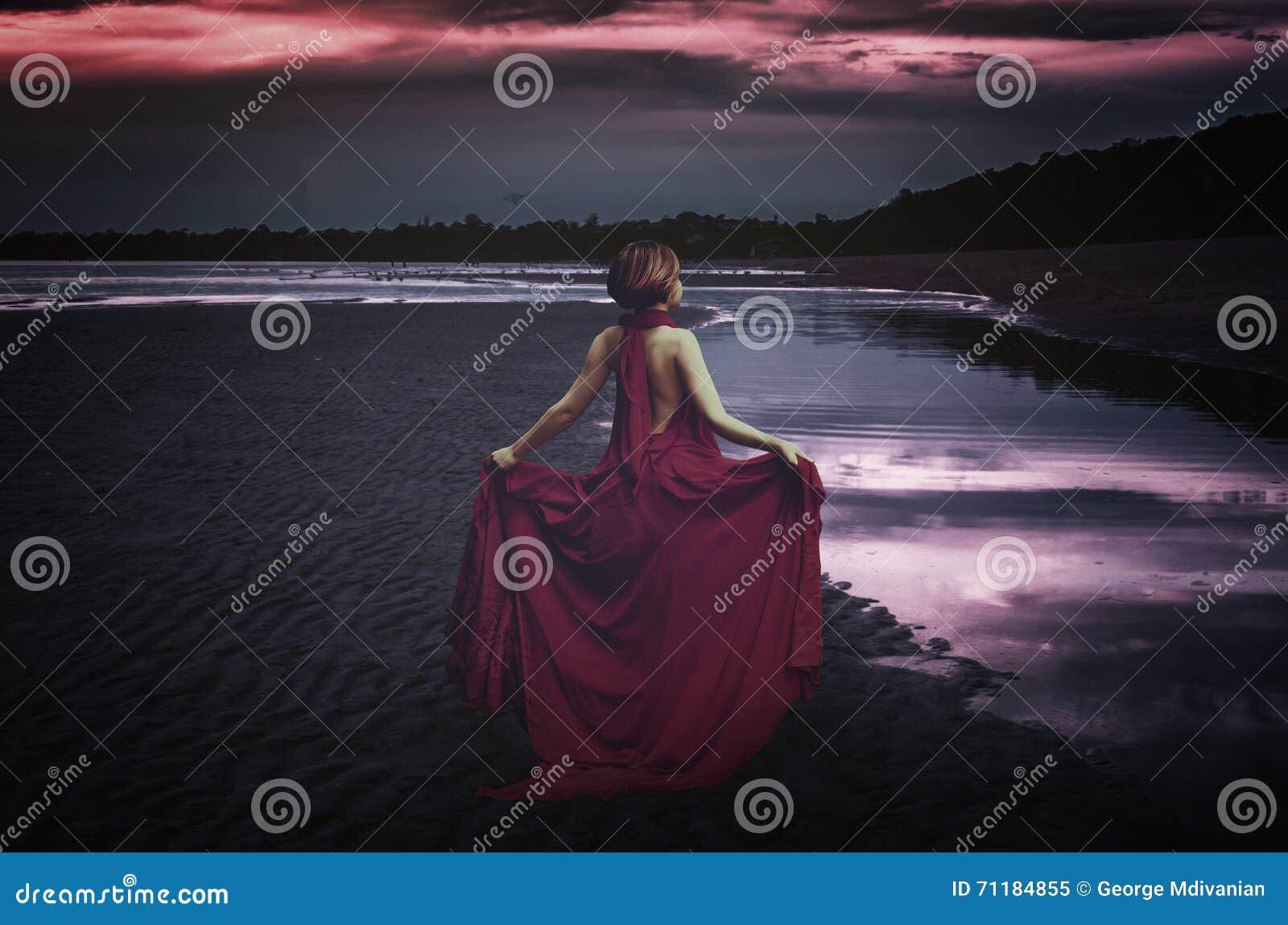 Frau mit Kleid in dem Ozean
