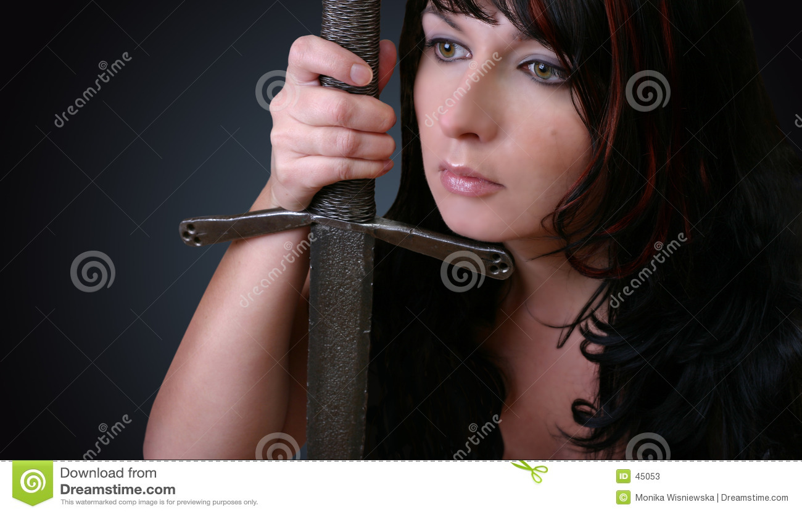 Frau mit Klinge