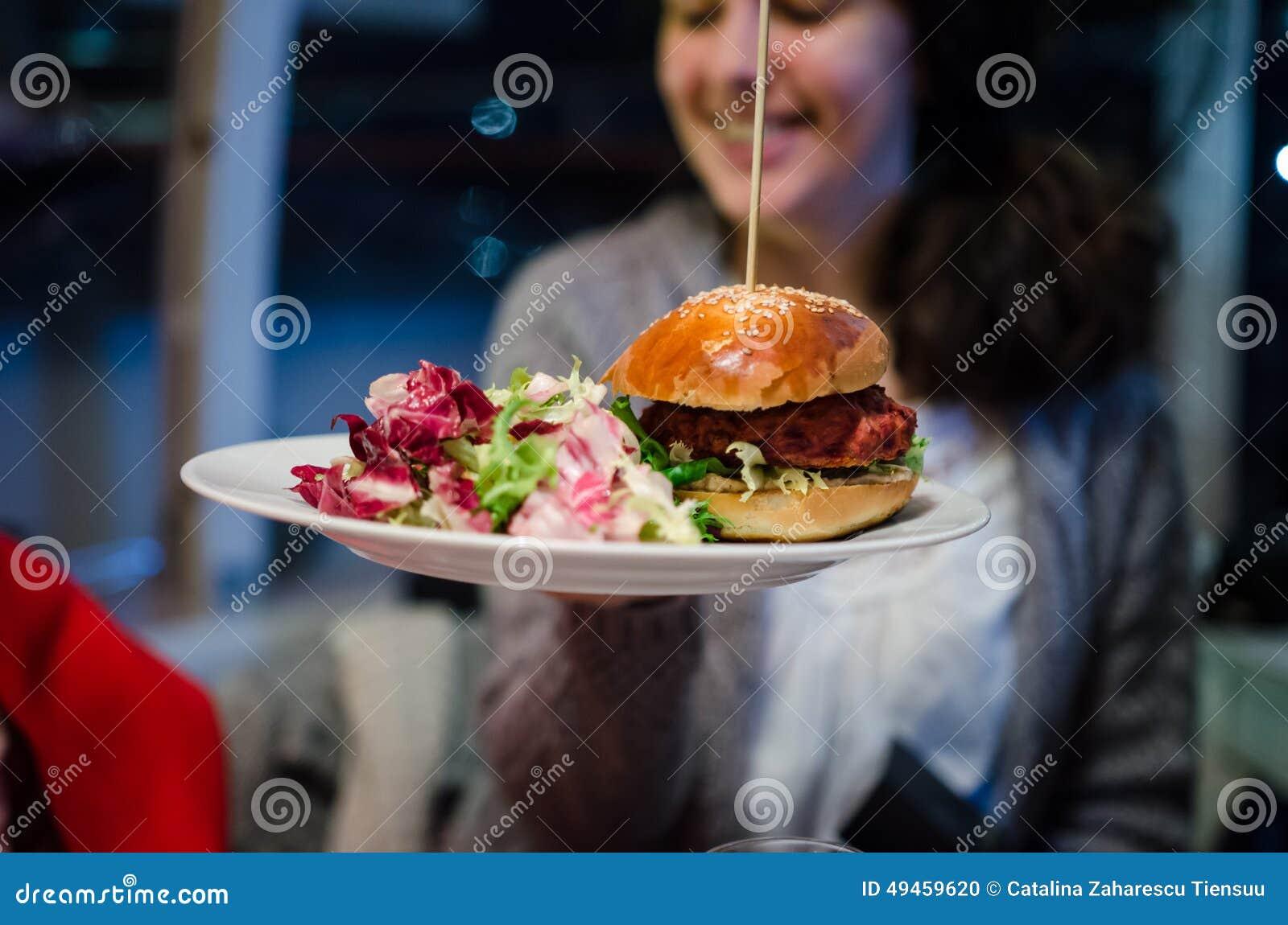 Frau mit Lebensmittel des strengen Vegetariers in einem Restaurant