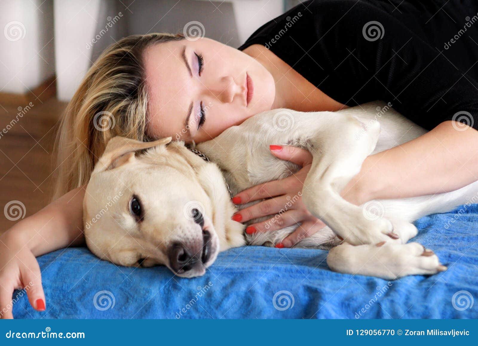 Frau Mit Netten Hunden Zu Hause Hübsches Mädchen, Das Mit Ihrem Hund ...