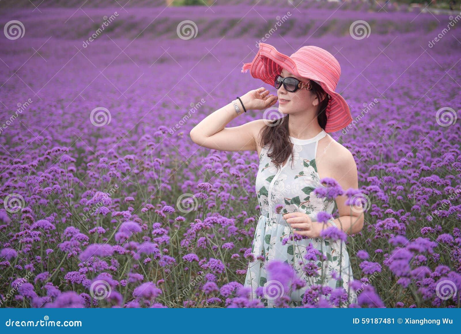 Frau mit rotem Hut im Lavendelfreizeitpark