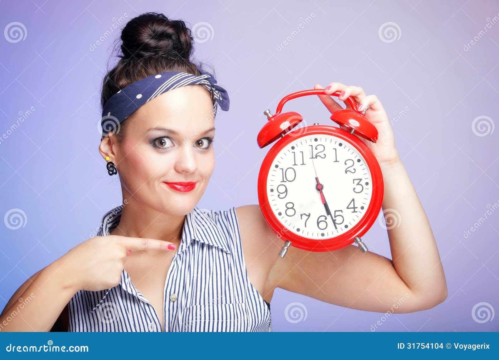 Frau mit roter Uhr. Zeitmanagementkonzept.
