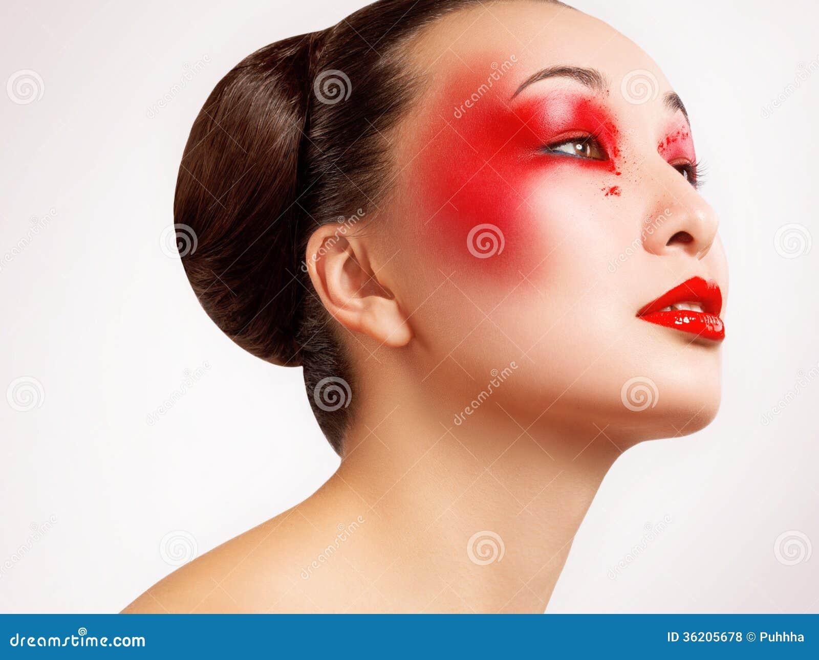 Frau mit schönem Mode-Make-up. Rotes Bild der Lippenhohen qualität