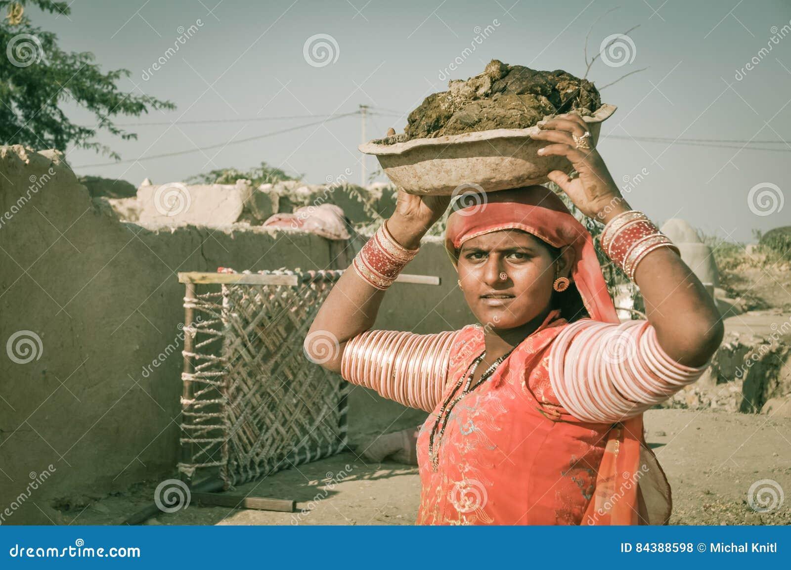 Frau mit Schüssel in Rajasthan