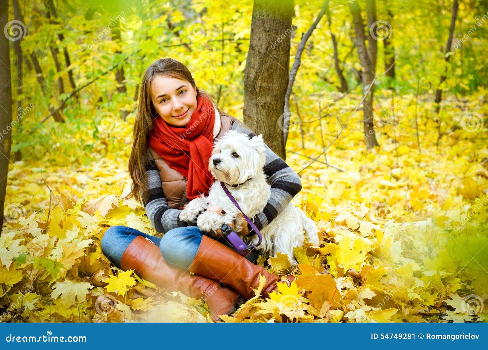 Frau mit Terrier