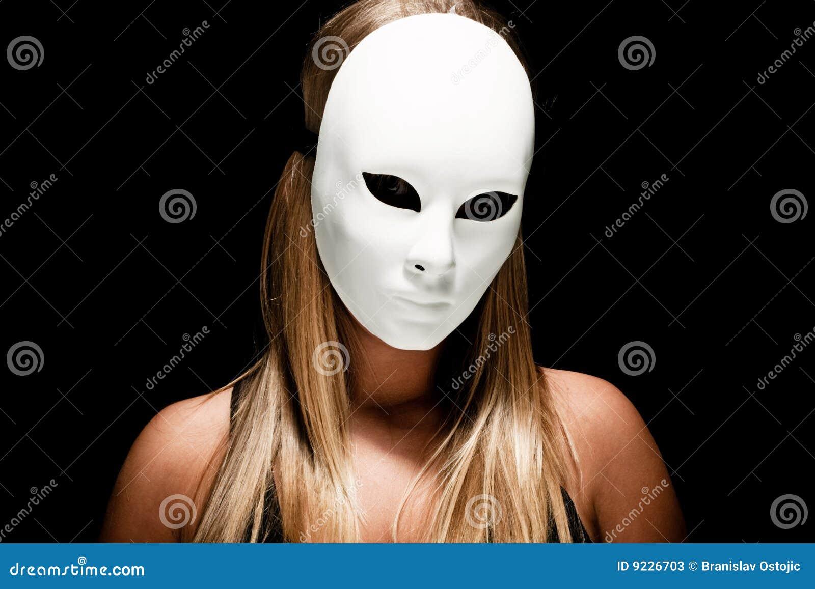Frau mit weißer Schablone