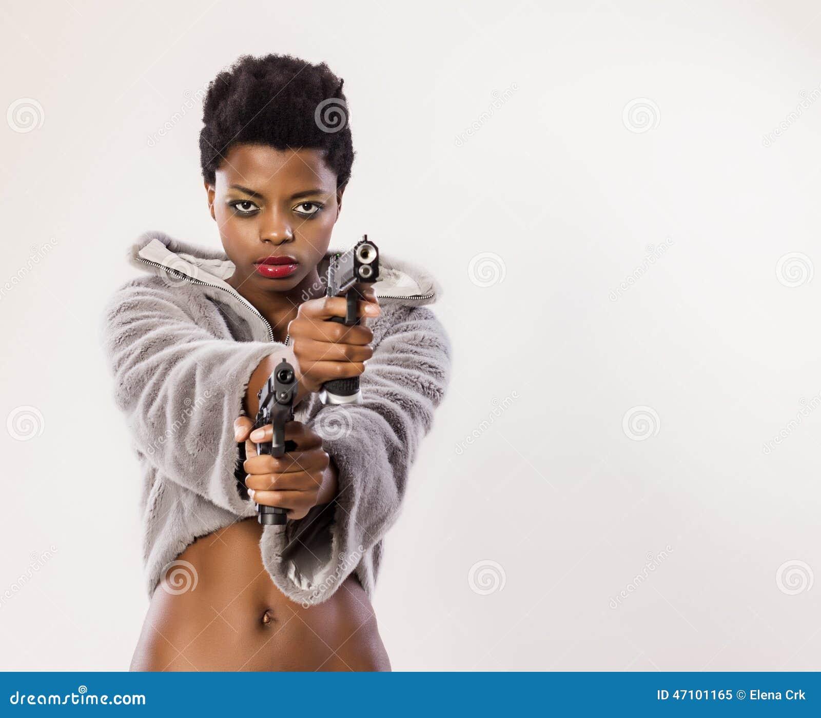 Frau mit zwei Gewehren