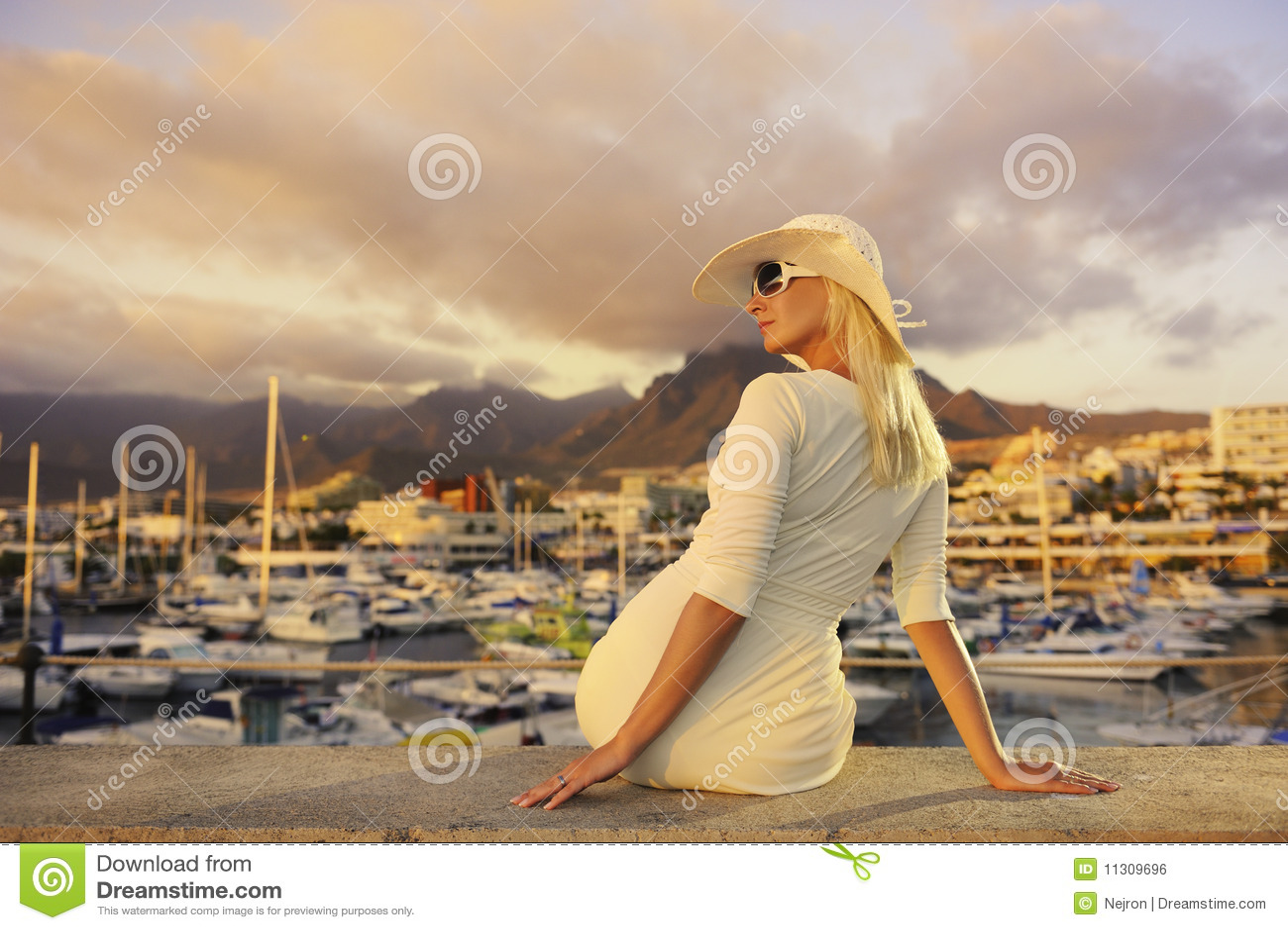Frau nahe den Yachten