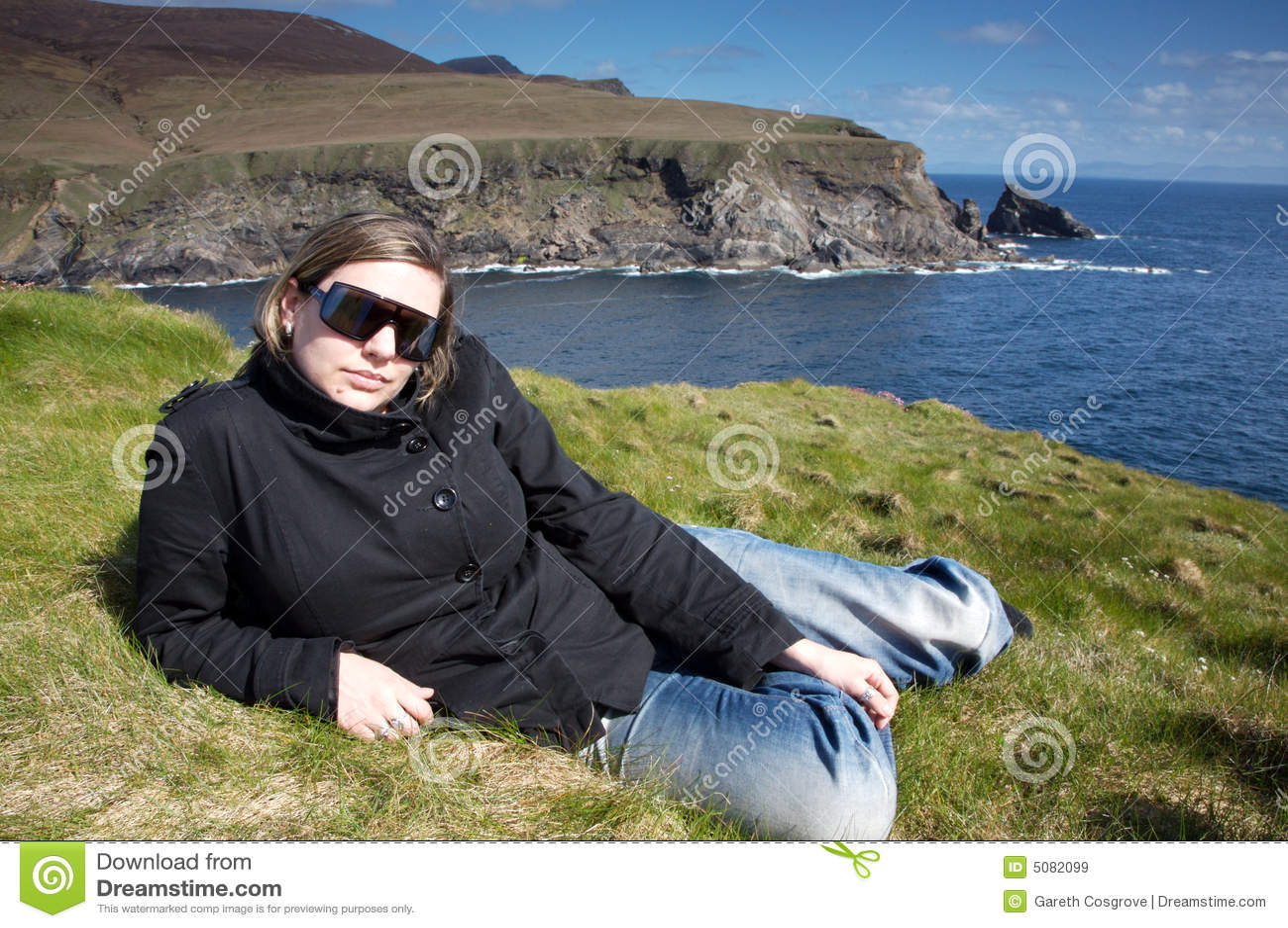 Frau nahe Klippen in Irland