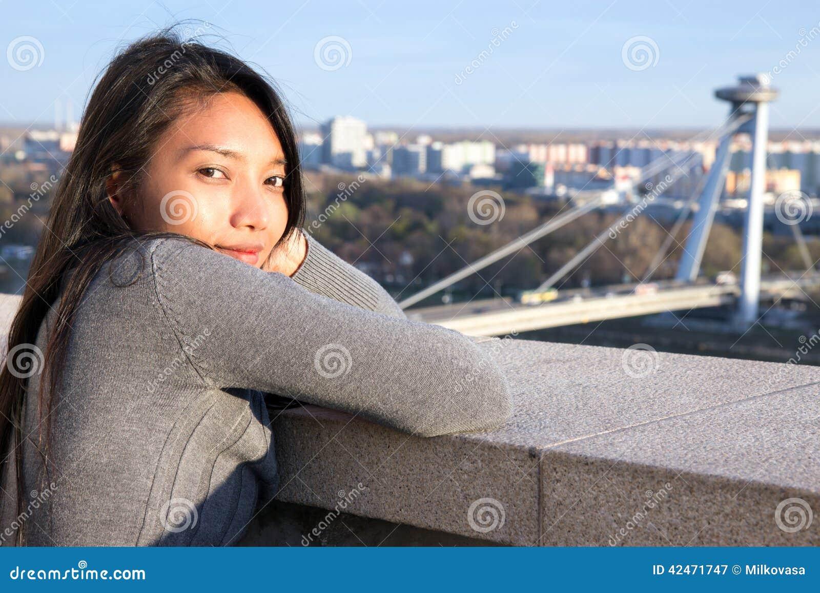 Frau passen auf SNP-Brücke auf