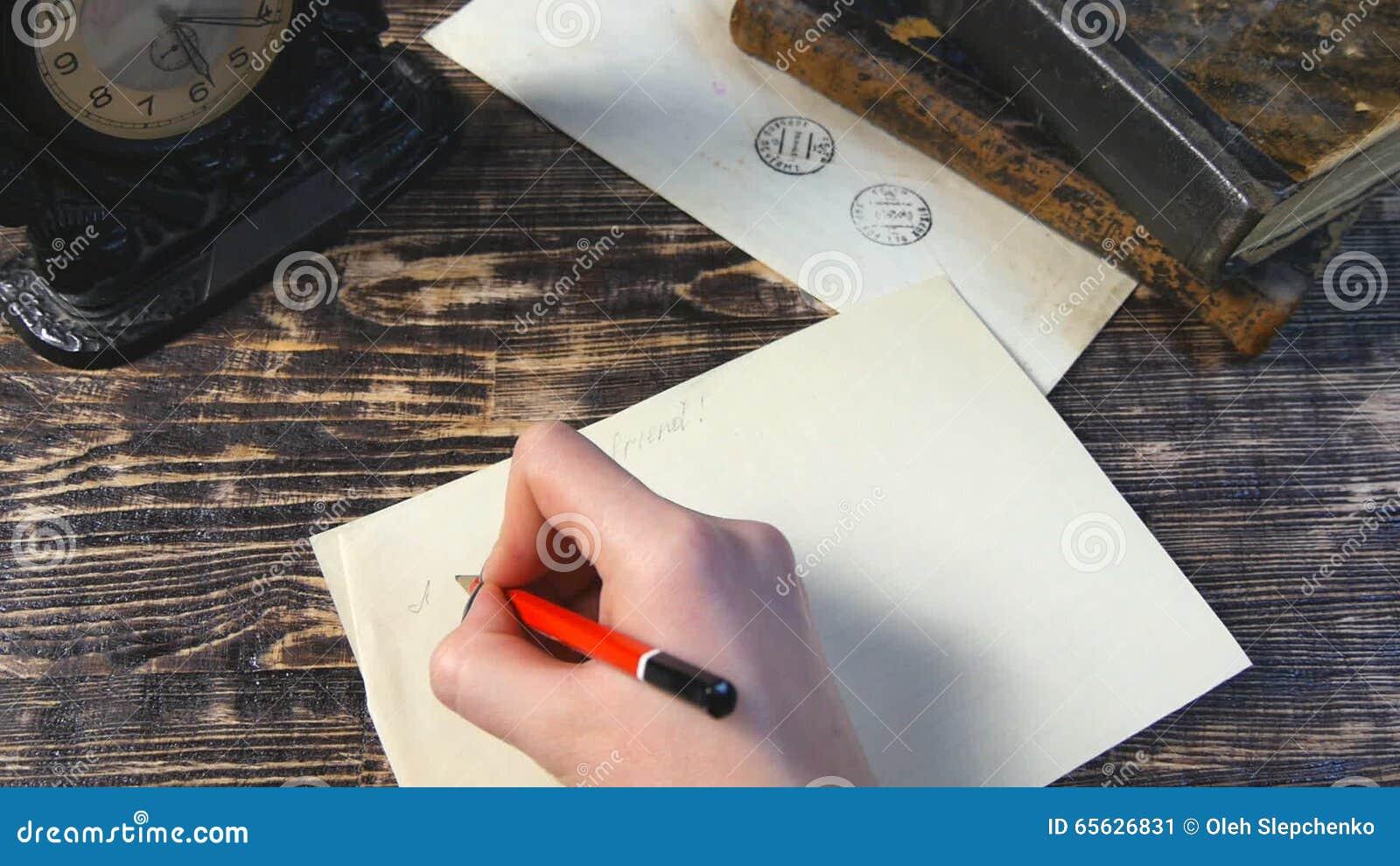 Frau Schreiben Dem Freund Brief Auf Weinlesehintergrund Stock Video
