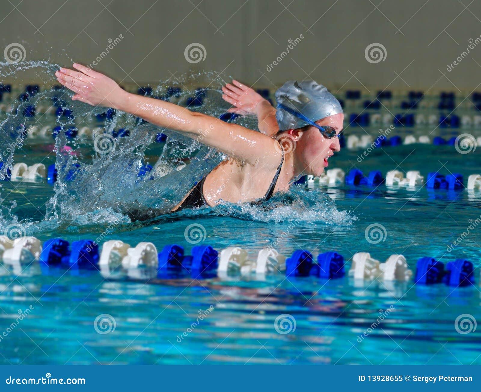 Frau schwimmt unter Verwendung des Basisrecheneinheitsanschlags