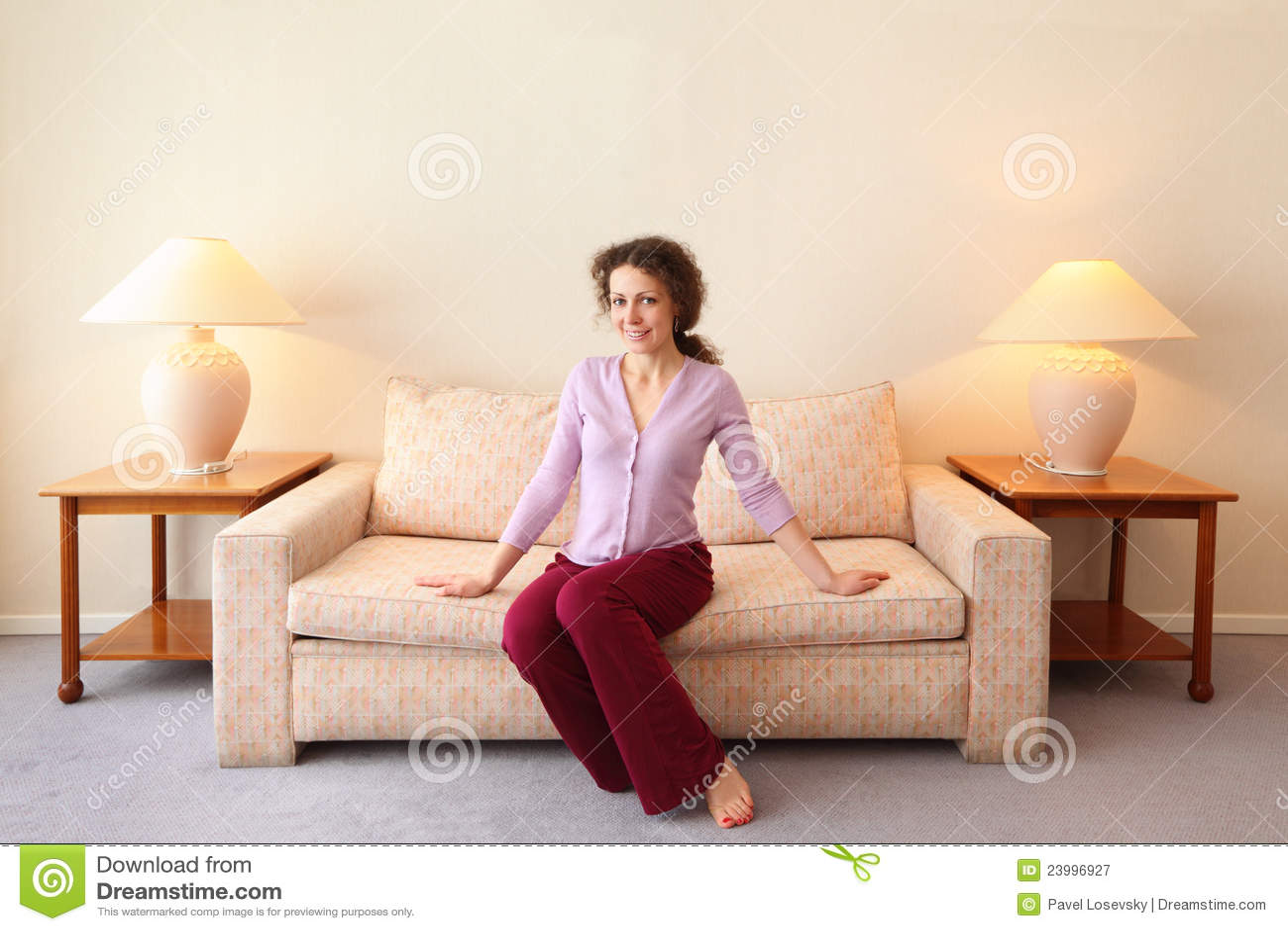 Frau sitzt auf couch im einfachen raum stockbild bild for Sofa im raum