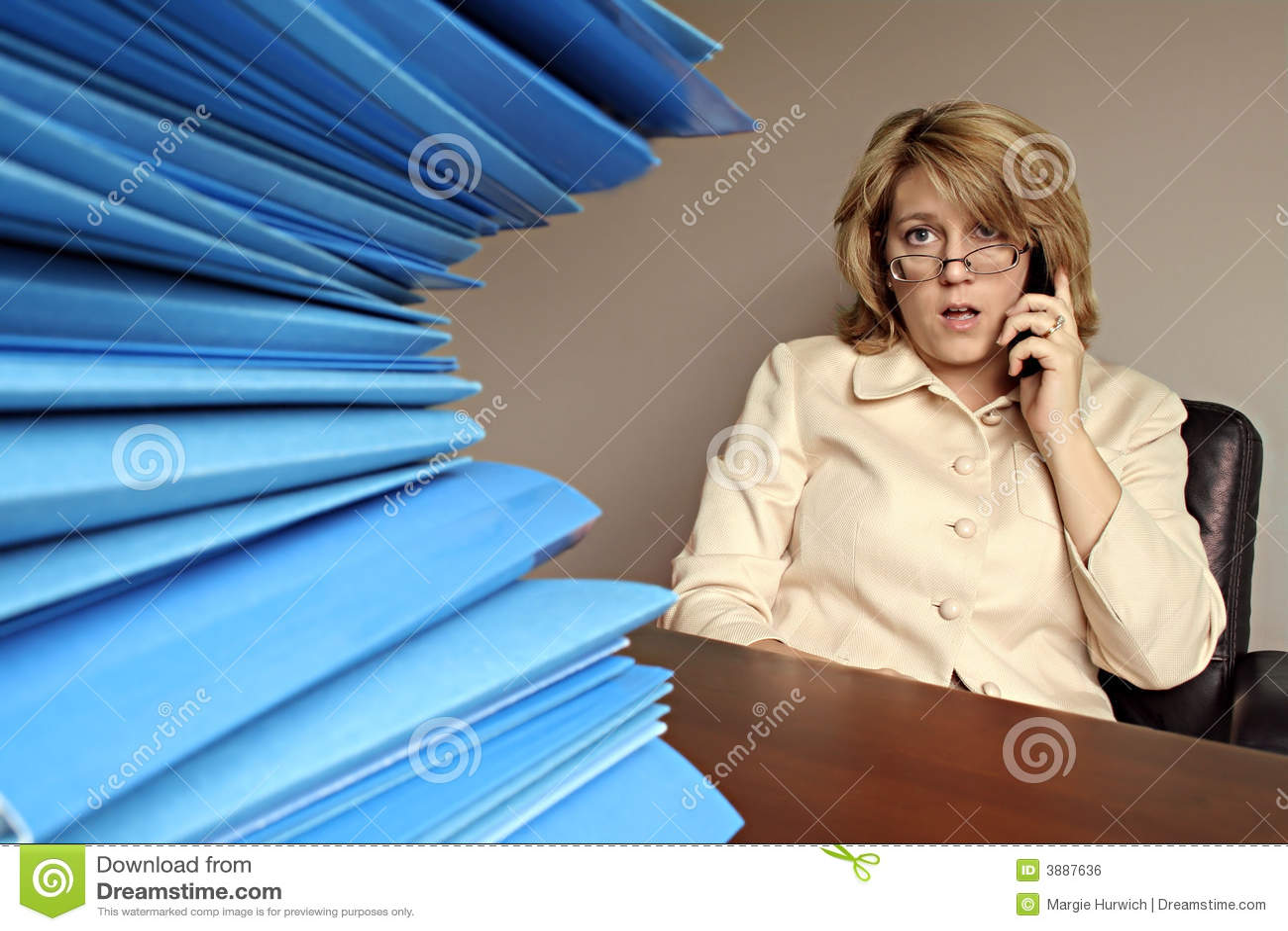 Frau am Telefon mit Datei-Faltblättern