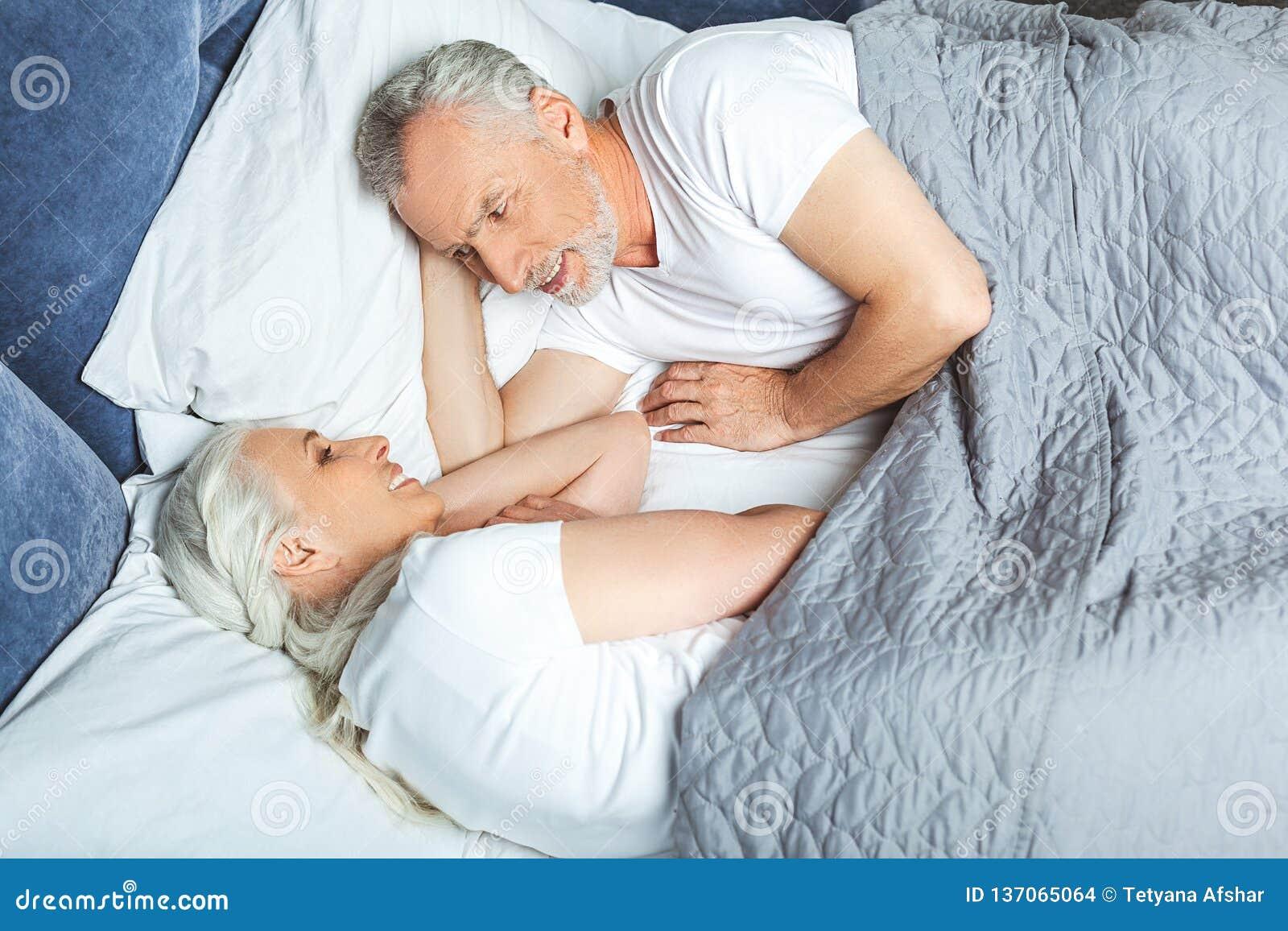 Frau und Ehemann, die im Bett liegen