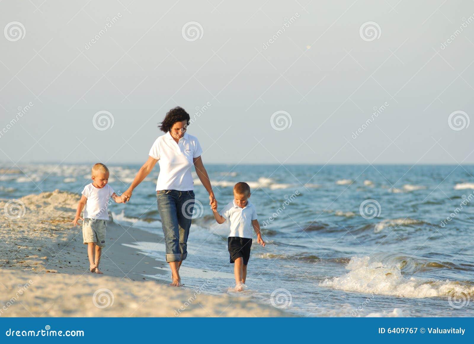 Frau und Kinder am Strand