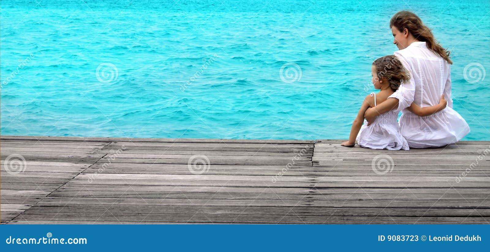 Frau und Mädchen auf dem Strand