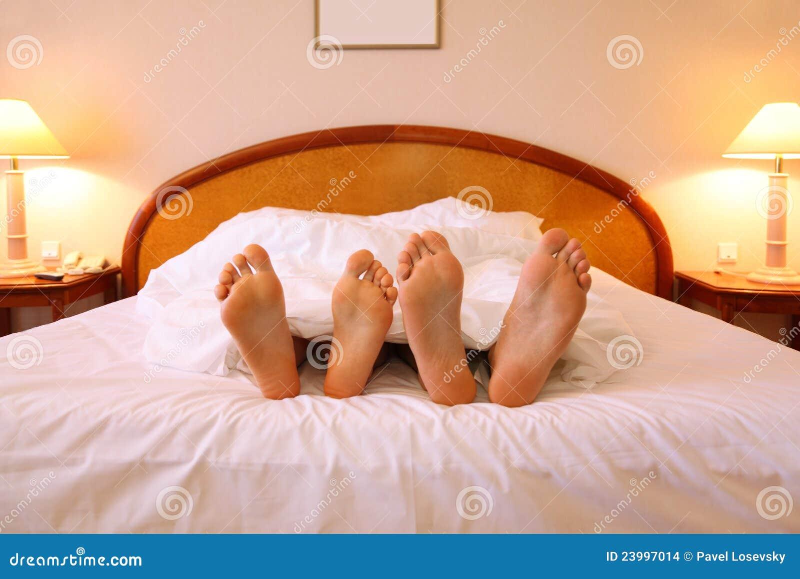 Frau Und Mann Stehen Auf Weichem Großem Bett Still Stockfoto Bild