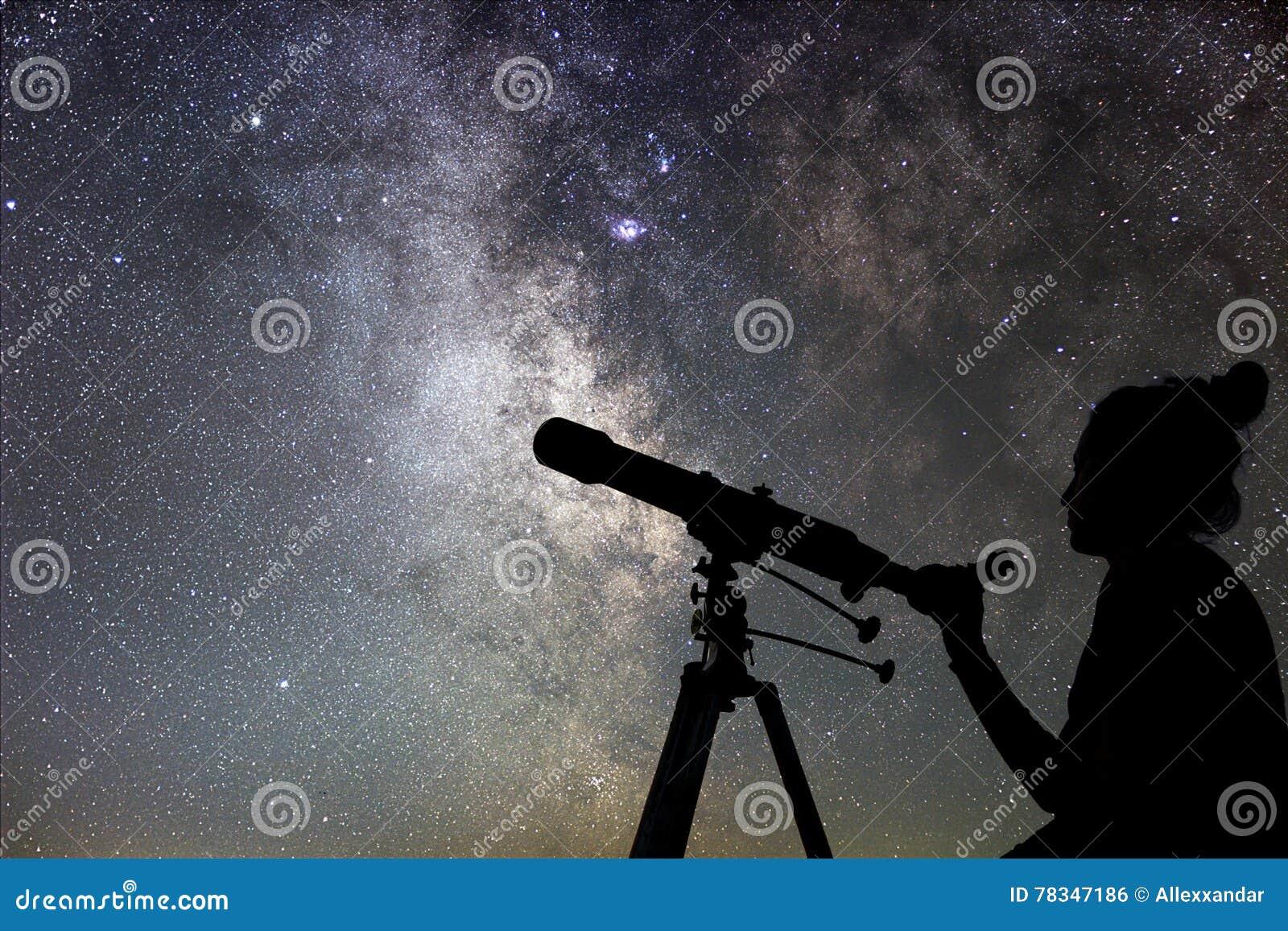 Frau und nächtlicher himmel aufpassen der sterne frau mit teleskop