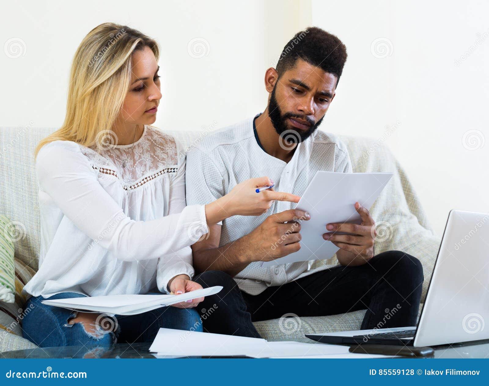 Frau und schwarzer Mann mit Dokumenten