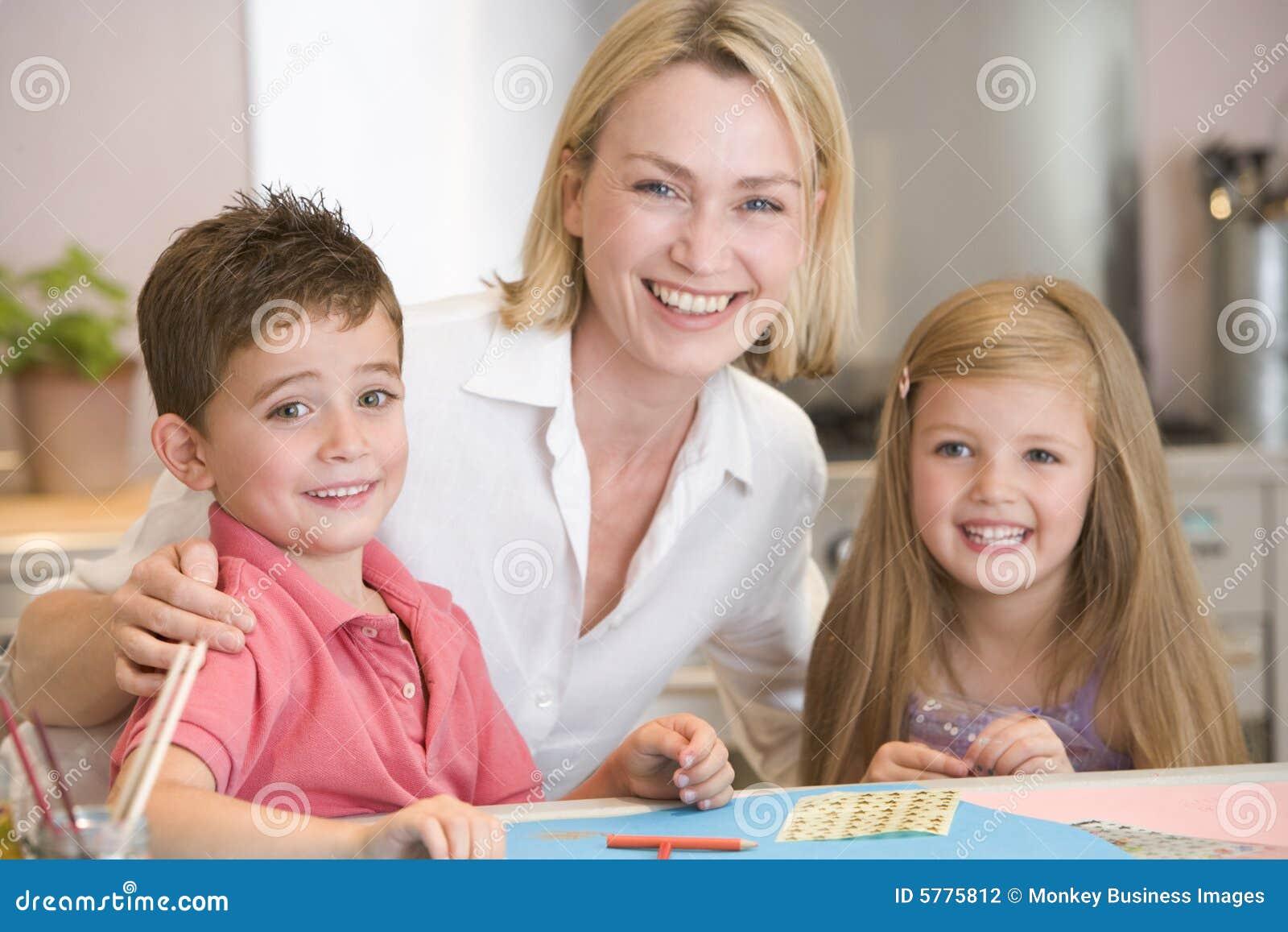 Frau und zwei junge kinder in der kuche mit kunst p for Blasenschw che bei frauen