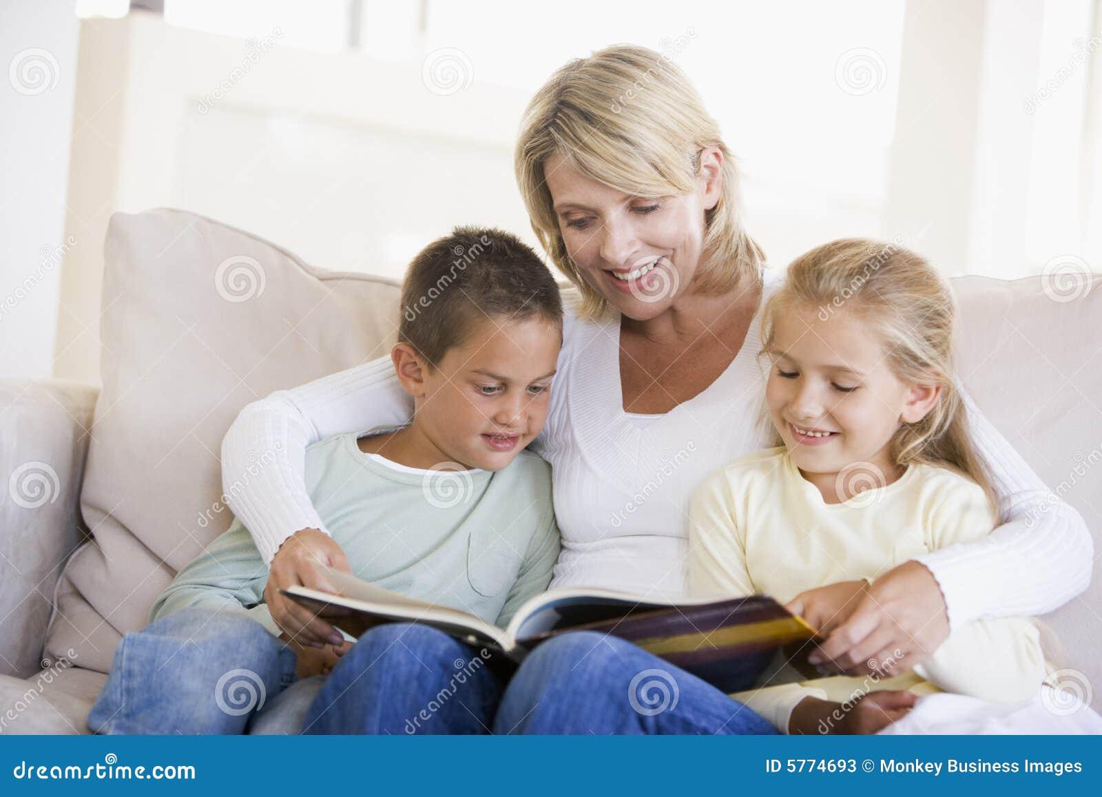 frau und zwei kinder die im wohnzimmer sitzen stockfotos bild 5774693. Black Bedroom Furniture Sets. Home Design Ideas
