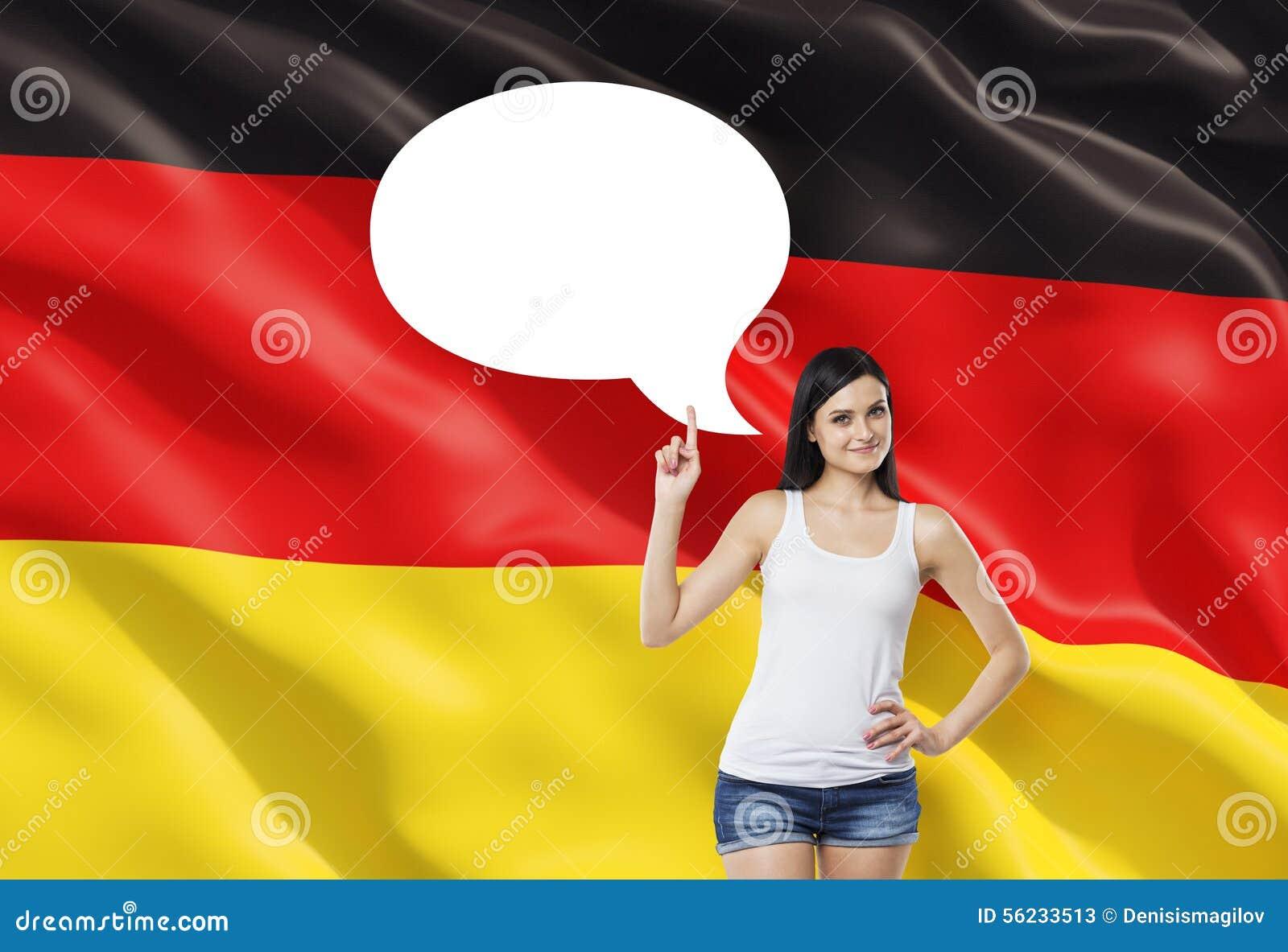 Frau unterstreicht die leere Gedankenblase Deutsche Flagge als Hintergrund
